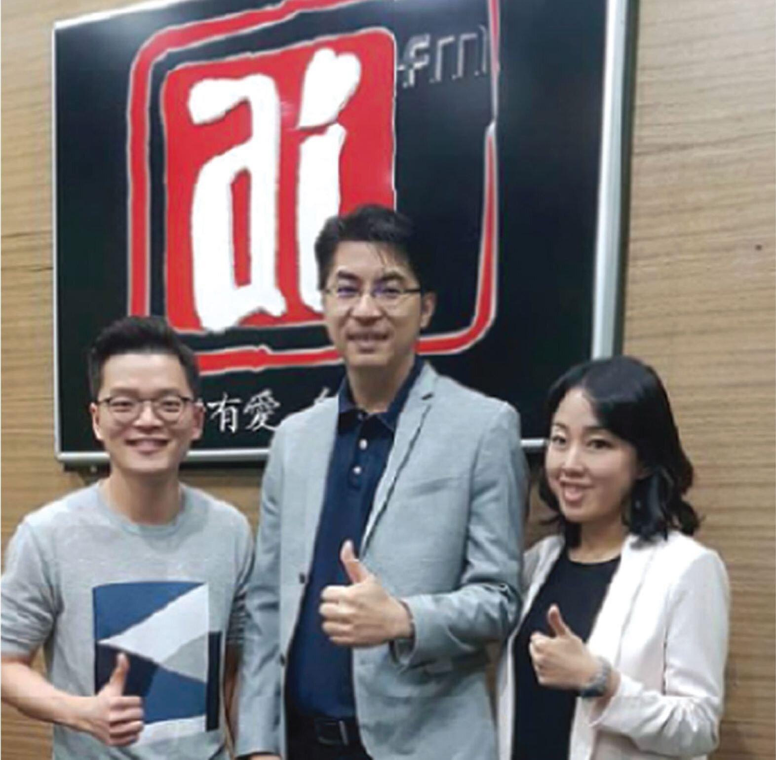 KLC首席执行长Sean Chia与营运总监——Jacelyn Tan来到爱FM(AI FM)频道104.9,与电台主持人苏进川一起分享他们9年来共同创业的心得和点滴。